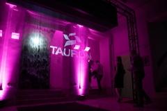 Logotyp TAURON Polska Energia, wyświetlany na ekranie mgłowym