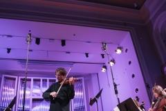 Piotr Pławner, grający na skrzypcach