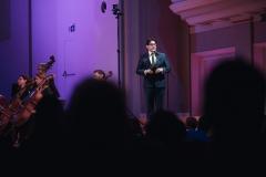 Adam Wesołowski zapowiadający koncert