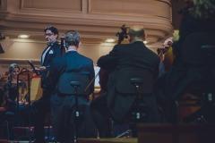 Dyrektor Adam Wesołowski zapowiadający koncert. Na estradzie Orkiestra Symfoniczna Filharmonii Śląskiej
