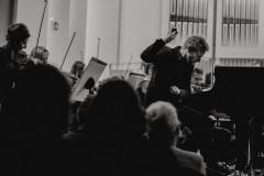 Czarno-białe zdjęcie. Andrew von Oeyen przy fortepianie, Orkiestra Symfoniczna Filharmonii Śląskiej