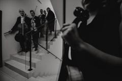 Czarno-białe zdjęcie. Muzycy za kulisami