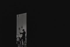 Czarno-białe zdjęcie. Yaroslav Shemet na estradzie, widoczny z oddali.