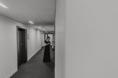Czarno-białe zdjęcie. Muzyczka za kulisami