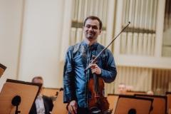 Skrzypek, solista koncertu Janusz Wawrowski na scenie