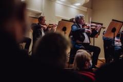 Sekcja skrzypiec Orkiestry widoczna z widowni