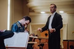 Dyrygent Marcin Nałęcz-Niesiołowski oraz solista skrzypek Janusz Wawrowski