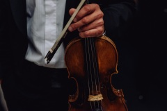 Zbliżenie na trzymane w dłoni skrzypce