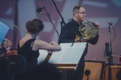 Na scenie : Waldemar Matera (waltornia), orkiestra
