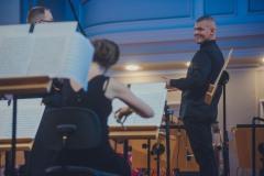 Na scenie : Waldemar Matera (waltornia), orkiestra, dyrygent Sebastian Perłowski