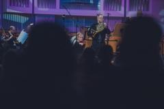 Widok na solistę na scenie z perspektywy widowni