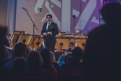 Dyrektor Adam Wesołowski zapowiadający koncert
