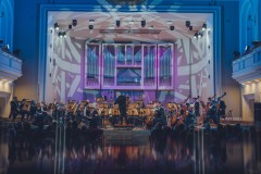 Kolorowo oświetlona sala koncertowa im. Karola Stryji