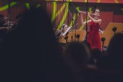 Flecistka Magdalena Maliszewska na scenie, widoczna zza publiczności