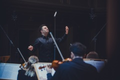 Maciej Tomasiewicz widoczny z perspektywy orkiestry