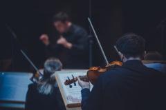 Orkiestra Widoczna od tyłu, na drugim planie Maciej Tomasiewicz