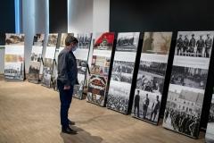 Mężczyzna przyglądający się wystawie fotografii