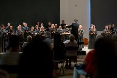 Chór Filharmonii Śląskiej dyrygowany przez Jarosława Wolanina widoczny z tylnych rzędów widowni