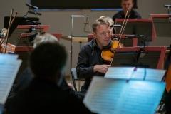 Zbliżenie na muzyków Orkiestry Filharmonii Śląskiej - na pierwszym planie skrzypek
