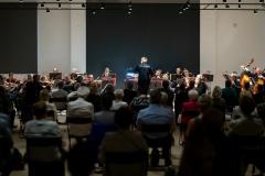 Orkiestra Symfoniczna Filharmonii Śląskiej pod batutą Szymona Bywalca widoczna z ostatnich rzędów widowni