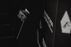 Czarno-białe zdjęcie. Batuta w rękach dyrygenta
