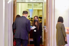 Sprawdzanie biletów przed wejściem na salę
