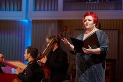 Regina Gowarzewska zapowiadająca koncert