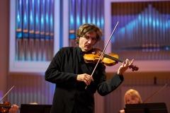 Piotr Pławner grający na skrzypcach