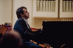 Pianista Zbigniew Raubo przy fortepianie