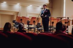 Dyrektor Filharmonii zapowiadający koncert