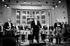 Czarno-białe zdjęcie. Daniel Stabrawa, Orkiestra Symfoniczna Filharmonii Śląskiej