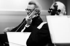 Czarno-białe zdjęcie, Daniel Stabrawa ze skrzypcami w dłoniach
