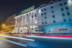 Wozy transmisyjne zaparkowane przy ul. Sokolskiej, przed budyniem Filharmonii