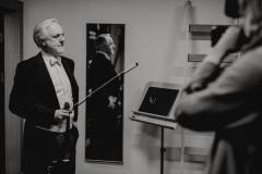 Czarno-białe zdjęcie.  Solista koncertu Rainer Honeck za kulisami.