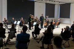 Soliści koncertu podczas oklasków, orkiestra