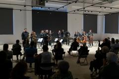 Soliści koncertu podczas oklasków, orkiestra w pozycji stojącej