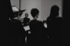 Czarno-białe zdjęcie. Chór Filharmonii Śląskiej na scenie