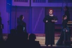 Regina Gowarzewska zapowiadająca koncert.