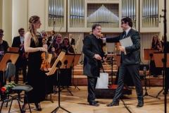 Mirosław Jacek Błaszczyk, Adam Wesołowski i orkiestra na scenie.