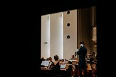 Yaroslav Shemet, Orkiestra Symfoniczna Filharmonii Śląskiej na estradzie, widoczni z oddali