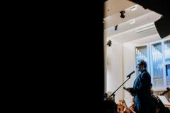 Adam Żaak, zapowiadający koncert