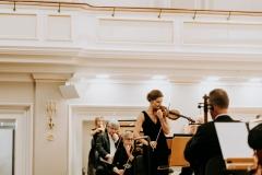 Koncertmistrzyni strojąca orkiestrę