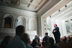 Widok na scenę z widowni, Regina Gowarzewska prowadząca koncert