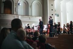 Widok na scenę z widowni, orkiestra stojąca przed rozpoczęciem koncertu
