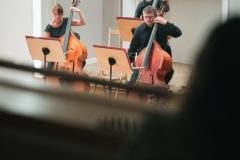 Muzycy sekcji kontrabasów widoczni z balkonu