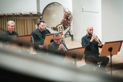 Muzycy sekcji instrumentów dętych blaszanych widoczni z balkonu