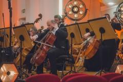 Sekcja wiolonczel Orkiestry Symfonicznej, oświetlenie sceny.
