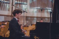Solista koncertu Szymon Nehring przy fortepianie.