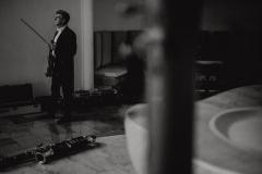 Czarno-białe zdjęcie skrzypka oczekującego na wejście na scenę