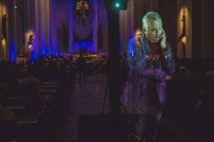 Hologram Henryka Mikołaja Góreckiego na tle wnętrza Archikatedry